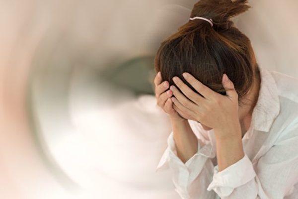 梅尼尔氏症主要症状是反复发作的旋转性眩晕,听力下降与耳鸣。