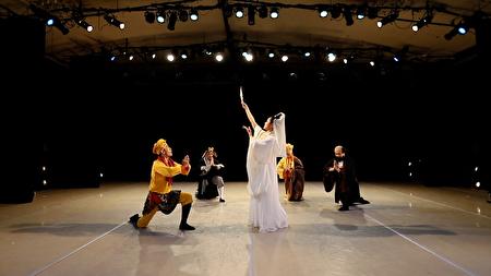 飞天大学中城分校近日在曼哈顿举办了冬季舞蹈音乐演出,图为表演西游记的故事。