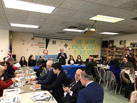 市主計長斯靜格(Scott Stringer)到森林小丘與居民召開圓桌會議,聽取居民的意見。