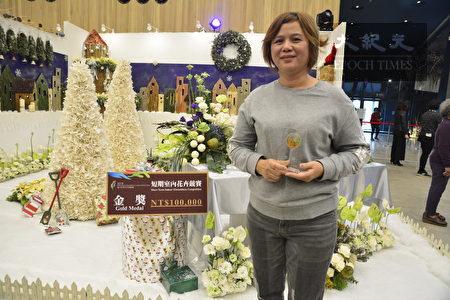 「聖誕嘉年華設計大賽」金獎得主莊萍如老師與她的作品「聖誕派對」。