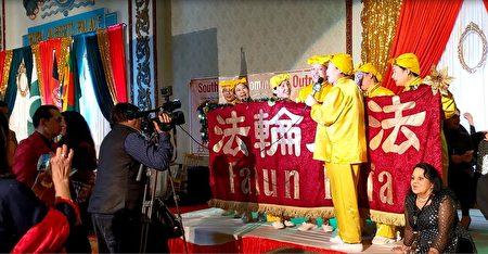 TV Asia电视台在采访腰鼓队。
