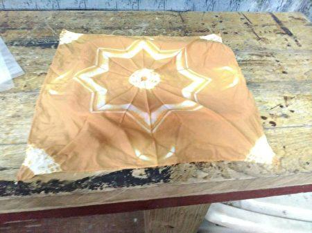 用洋葱皮所萃取色料染成的方巾。