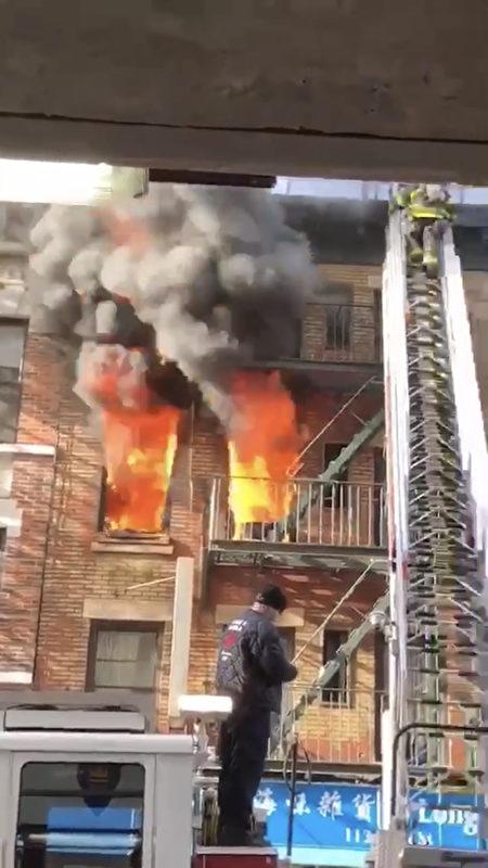起火地點在三樓,隨後蔓延到四樓和樓頂。