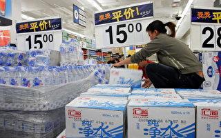 黑龍江哈爾濱城鄉結合部有上萬戶居民目前喝不上「放心水」,有些人家中水管常流出墨汁;居民表示飲用水都得買礦泉水。(Photo by China Photos/Getty Images)