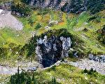 这一据称是加拿大最大的洞穴,坐落在卑诗省中东部的Wells Gray Provincial Park公园内。