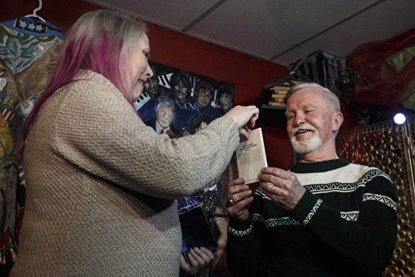 47年后,皮尔斯和初恋女友艾伦终于开打了封存将近半个世纪的圣诞礼物。(加通社)