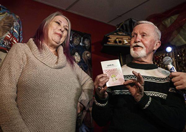 47年后,皮尔斯和初恋女友艾伦终于开打了封存将近半个世纪的圣诞礼物。