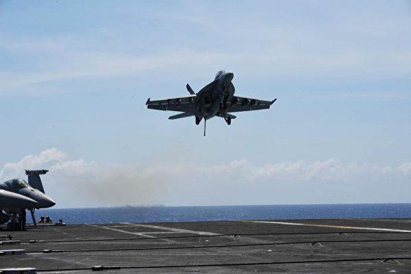 示意图。2018年4月10日,美国航空母舰西奥多·罗斯福一架FA-18大黄蜂战斗机在南海进行常规训练。(TED ALJIBE/AFP/Getty Images)