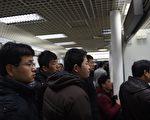經濟下行,裁員潮洶湧當下,穩就業成為中共的政治任務。圖為北京一就業市場的找工的工人。(GREG BAKER / AFP)
