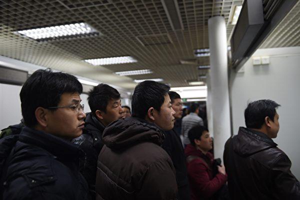 经济下行,大陆高科技公司频频传裁员。图为北京一就业市场的找工的工人。(GREG BAKER / AFP)