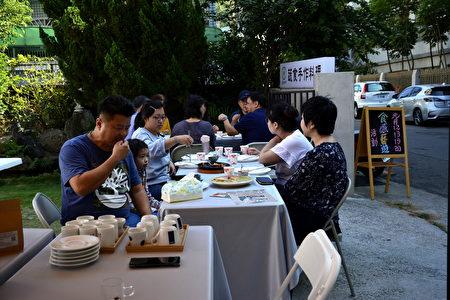「食感藝遊」的貴賓們在廚研所清新的庭園中,輕鬆自在地享受著美食與咖啡。