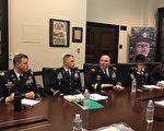 美国陆军招募司令部(USAREC)指挥将军穆斯(Frank M. Muth)少将(右二)、美军招募司令部指挥军士长Tabitha A. Gavia(右一)、洛杉矶招募营指挥官福来德(Patrick M. Flood)中校(左一)、美军第6医疗招募营指挥官卢茨(Ken Lutz) 中校(左二)。(姜琳达/大纪元)