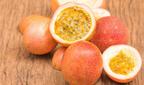 百香果中丰富的维生素C、β-胡萝卜素都具很强的抗氧化和消炎作用。
