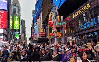 大雨浇头看水晶球 华人纽约时代广场迎新年