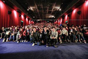 河正宇(中间)、李善均(左)与导演(右)南下台中,在戏院与台湾粉丝们见面。