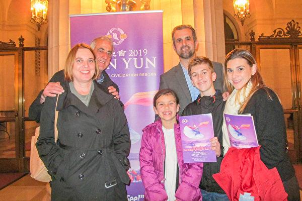 1月3日,Makana Glynn(中)坚持全家六口来看神韵,把这当作全家庆祝圣诞的礼物。 (麦蕾/大纪元)