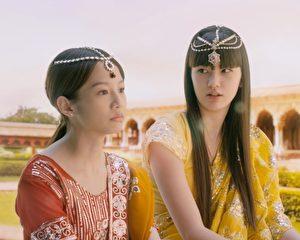 哈薩克排球選手莎賓娜客串演出台灣電影《真愛神出來》,左為女主角簡嫚書。