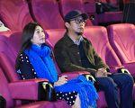 《老大人》导演洪伯豪(右)与主演黄嘉千(左)出席嘉义公益首映