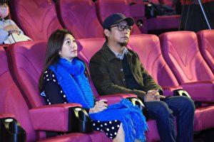 《老大人》導演洪伯豪(右)與主演黃嘉千(左)出席嘉義公益首映