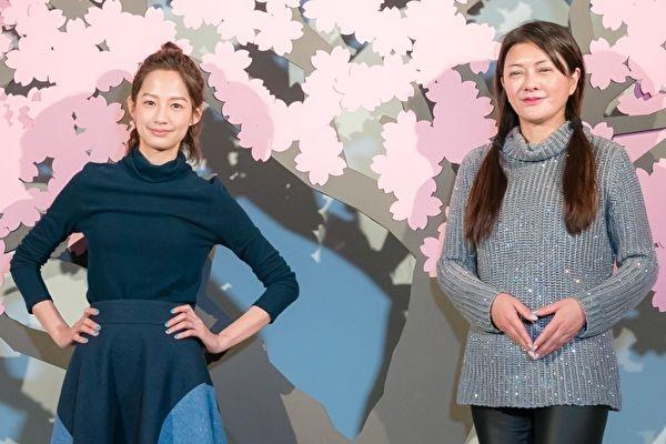 简嫚书(左)与葛蕾(右)近来彻夜排练舞台剧,16日抽空前往台北逛特展