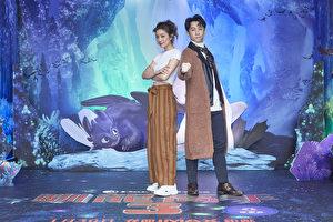 陈汉典(右)和莎莎(左)为动画电影《驯龙高手3》绿幕体验屋揭幕