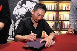 「五月天」石頭相隔四年發行新書,19日在台北簽書會上會歌迷