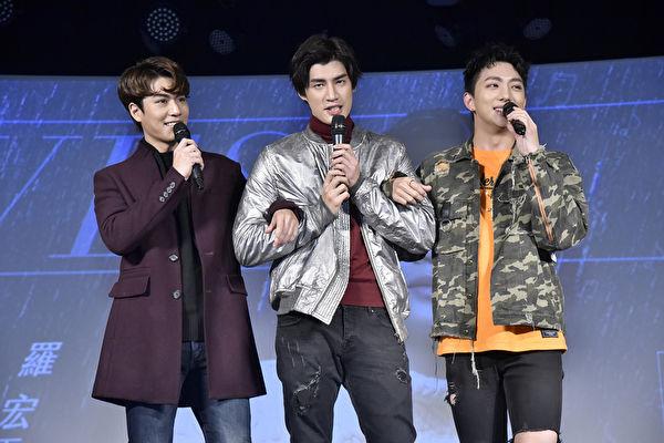 """歌手罗宏正(中)推出个人首张EP,27日在台北举办""""为你撑伞暖心见面会"""""""
