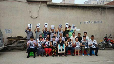 李宁从拘留所出来就对被拘留10天一案到法院起诉;2014年刚开完庭,与律师以及来支持她的公民朋友。(受访者提供)
