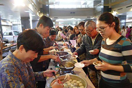 活动现场,多位厨师现场烹调各式美味料理供民众品尝。(大纪元/黄淑贞)