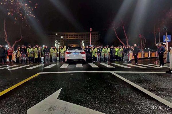 江苏金湖县过期疫苗事件持续升级,1月11日傍晚开始,当局从外地调动上千警力进行暴力镇压。(知情者提供)