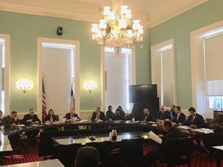 9日上午市议会教育委员会通过了监督纽约市校车的一揽子提案。