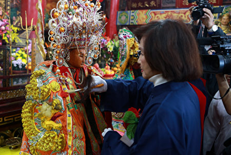 戊戌年宜兰县林姿妙县长为陈靖姑三奶夫人整装。