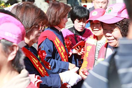 """戊戌年宜兰县政府在罗东镇炉源寺举行""""送神-筅黗祭仪""""结束后,林县长、吴镇长发红包。"""