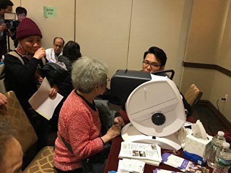 华伟眼科为民众免费做视力检查。