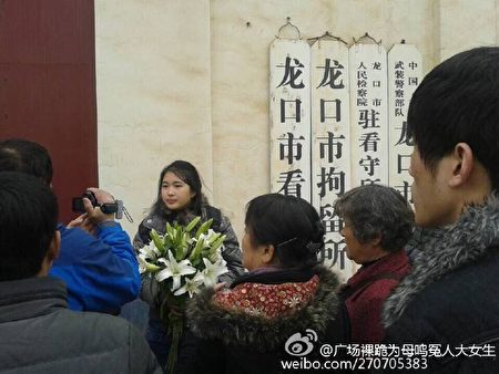 2014年,李宁刚从拘留所出来,来自全国各地的网友在拘留所外守护了10天。(受访者提供)