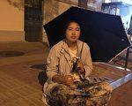 2015年,李宁在省委门前控告,要求释放小姨,担心小姨的命运跟妈妈一样,在门口睡了一晚上,当晚曾下大暴雨。(受访者提供)