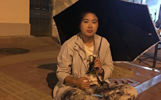 2015年,李寧在省委門前控告,要求釋放小姨,擔心小姨的命運跟媽媽一樣,在門口睡了一晚上,當晚曾下大暴雨。(受訪者提供)