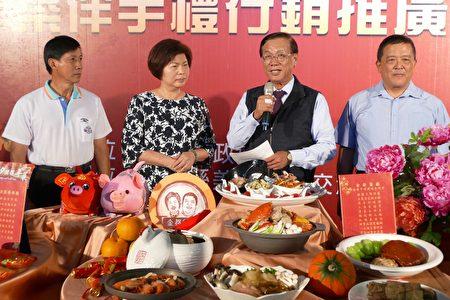 南投县长林明溱(右2)为业者行销特色年菜。(大纪元/黄淑贞)