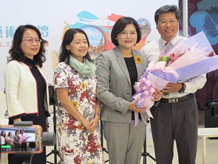 縣長張麗善(右二)感謝豐泰文教基金會董事長林金陽(右一)推動地方音樂活動!