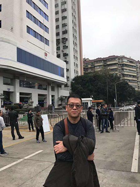 5日,廣州隋牧青律師於廣東省司法廳門前。當日他作為劉正清律師代理人出席聽證會,批駁官方的調查。(受訪者提供)