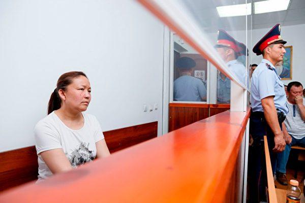 去年7月,Sayragul Sauytbay在哈薩克斯坦法庭上作證時,談到她受僱的「營區」,裡面關押了2,500名哈薩克族人。(RUSLAN PRYANIKOV/AFP/Getty Images)