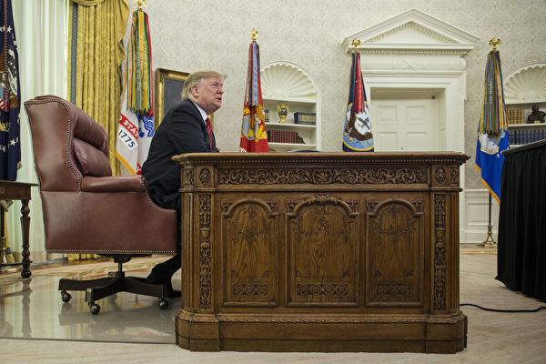 周一(12月31日),美国部分联邦政府停摆进入第十天,在全球展开跨年活动之际,川普(特朗普)总统在白宫连发数则推文捍卫边境墙承诺,坚持要建墙经费。