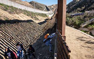 中美洲非法移民自墨西哥翻墙进入美国。