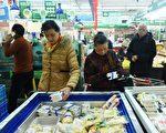 物價飛漲,中國民眾先嚐苦日子。(STR/AFP/Getty Images)