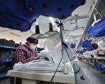 1月12日,江苏连云港一家生产织品的工厂工人正在工作。(STR/AFP/Getty Images)