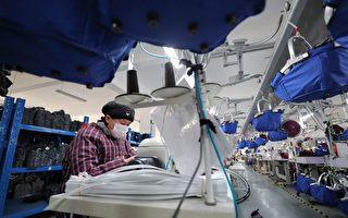 1月12日,江蘇連雲港一家生產織品的工廠工人正在工作。(STR/AFP/Getty Images)