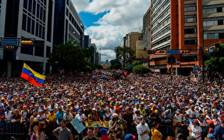 委內瑞拉街頭抗議總統馬杜羅的人潮。(FEDERICO PARRA/AFP/Getty Images)