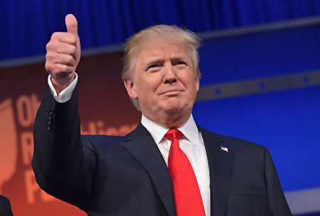 Real estate tycoon Donald Trump flashes the thumbs-up as he arrives on stage for the start of the prime time Republican presidential debate on August 6, 2015 at the Quicken Loans Arena in Cleveland, Ohio. AFP PHOTO/MANDEL NGAN (Photo by Mandel NGAN / AFP) (Photo credit should read MANDEL NGAN/AFP/Getty Images)
