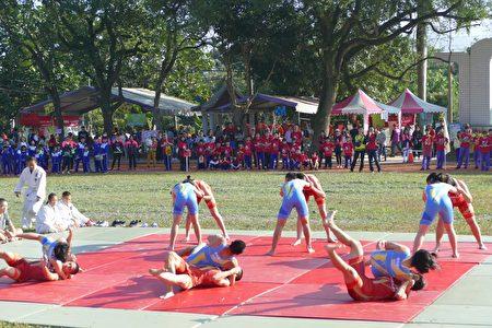 """草屯国中体育班受邀的迎宾表演""""角力""""。"""