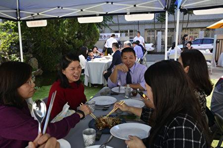 「食感藝遊」聯誼餐會的貴賓對「焦糖醬燒南瓜」與「香烤燒肉」這兩道美食特別讚賞,其他的每道菜餚也很受歡迎,端上桌很快就被一掃而空。